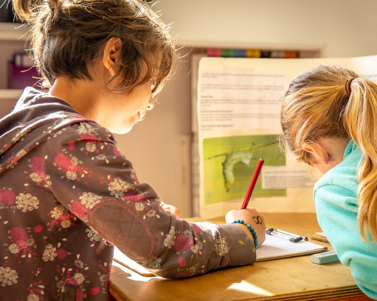 Petite fille en train d'écrire