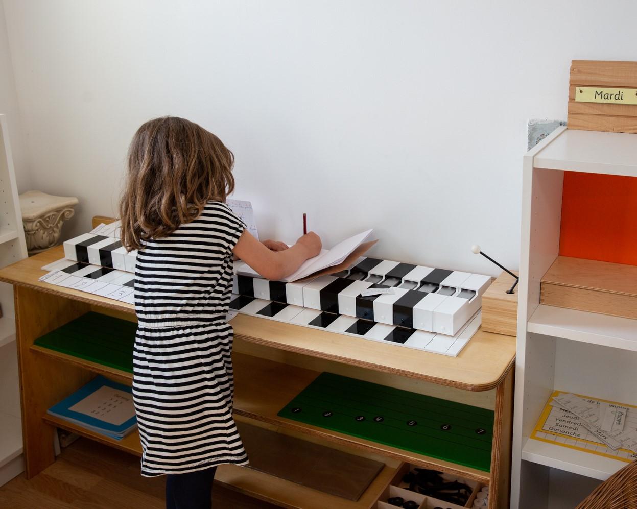 fille-piano-montessori